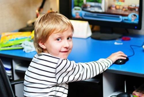 Ребенок играет в ПК